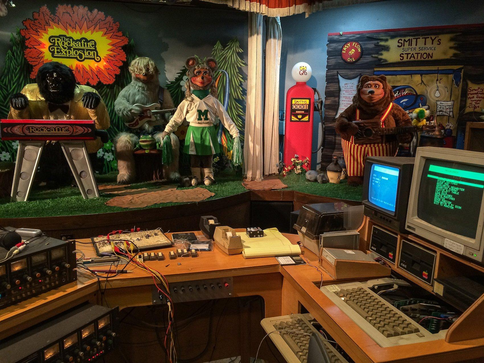Rock-afire in front of the controls